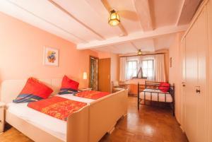 Een bed of bedden in een kamer bij Alte Weinstube Burg Eltz