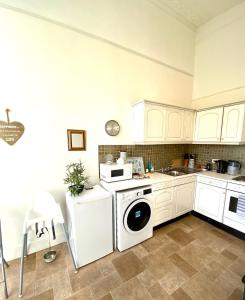 A kitchen or kitchenette at Grosvenor Apartments