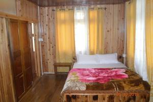 A bed or beds in a room at Samaghang Cottage