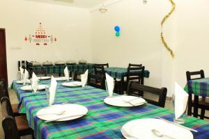 Ein Restaurant oder anderes Speiselokal in der Unterkunft Sigiriya Sun Shine Villa