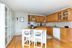 A kitchen or kitchenette at Lidingö natur&stad