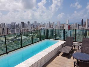 The swimming pool at or close to Flat Completo em Boa Viagem junto ao Shopping