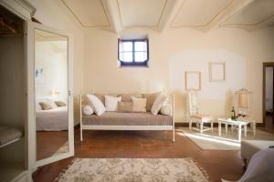 A seating area at Castello Di Gabbiano