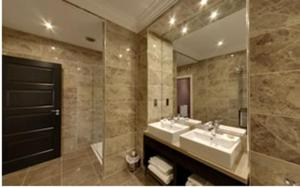 A bathroom at Dumfries Arms Hotel