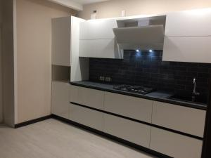 A kitchen or kitchenette at Apartment Kalinina 1 Tsentr
