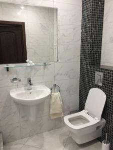 A bathroom at Apartment Kalinina 1 Tsentr