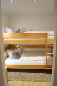 Ein Etagenbett oder Etagenbetten in einem Zimmer der Unterkunft Gästehaus Greiter