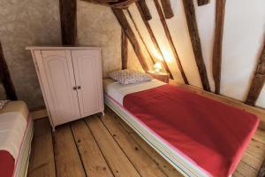 Een bed of bedden in een kamer bij Domaine du Bourg Gites