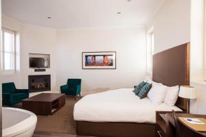 A bed or beds in a room at Vue Grand Hotel
