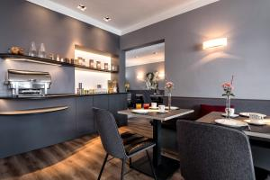 A restaurant or other place to eat at Hotel St. Annen
