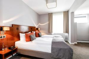 A bed or beds in a room at Hotel St. Annen