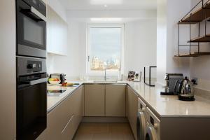 Küche/Küchenzeile in der Unterkunft Cheval Gloucester Park at Kensington