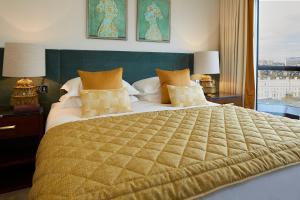 Ein Bett oder Betten in einem Zimmer der Unterkunft Cheval Gloucester Park at Kensington