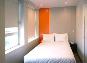A bed or beds in a room at iStay Hotel Porto Centro