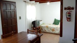Una televisión o centro de entretenimiento en Cabañas Jade Capilla del Monte