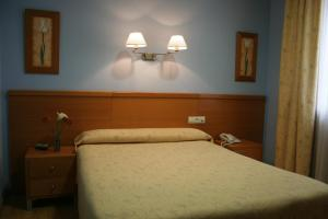 A bed or beds in a room at Hotel Castilla