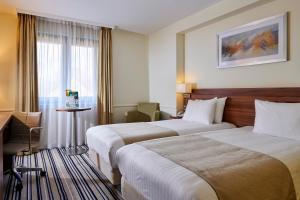 A bed or beds in a room at Holiday Inn Taunton M5, Jct25