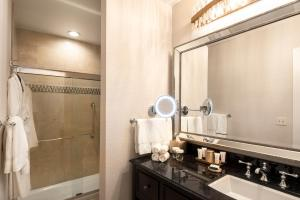 A bathroom at The Roosevelt Hotel New Orleans - Waldorf Astoria Hotels & Resorts