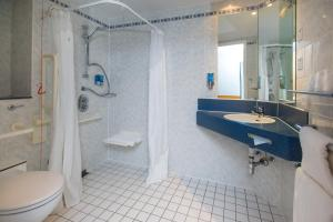 A bathroom at Holiday Inn Express Manchester - Salford Quays