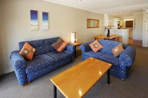 A seating area at Pioneer Waterfront Apartments