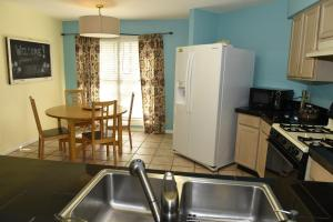A kitchen or kitchenette at King William Manor
