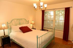 A bed or beds in a room at King William Manor