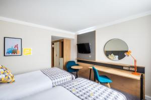 A television and/or entertainment center at Holiday Inn Reading South M4 Jct 11