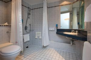 A bathroom at Holiday Inn Express Warwick - Stratford-upon-Avon