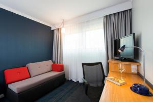 A television and/or entertainment center at Holiday Inn Express Warwick - Stratford-upon-Avon
