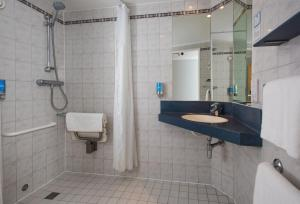 A bathroom at Holiday Inn Express Stoke-On-Trent