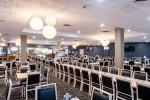 A restaurant or other place to eat at Mawson Lakes Hotel