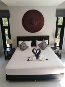 A bed or beds in a room at Baan Ton Rak Boutique Resort Hill House