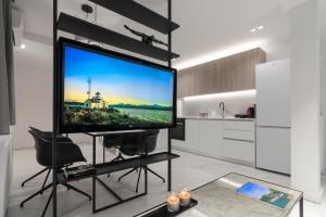 A television and/or entertainment centre at Heritage Boutique Apartments