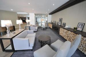 A seating area at Holiday Inn Express Leigh - Sports Village