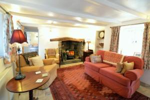 A seating area at Bridge Cottage