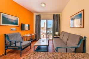 A seating area at Aparthotel Morasol Atlantico