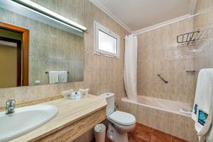 A bathroom at Aparthotel Morasol Atlantico