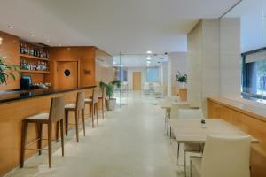 The lounge or bar area at Hesperia Barcelona Del Mar