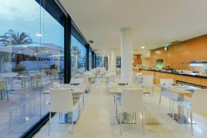 A restaurant or other place to eat at Hesperia Barcelona Del Mar