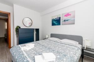 A bed or beds in a room at Coronado Parador Nerja Canovas