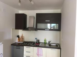 A kitchen or kitchenette at Apartments More