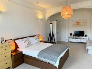 A bed or beds in a room at Grosvenor Apartments