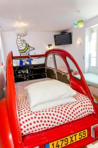 A bed or beds in a room at Bonjour Paris