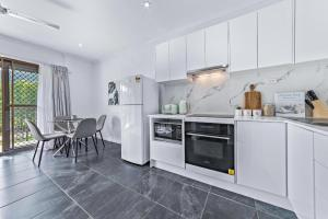 A kitchen or kitchenette at Modern Beach Front Apartment