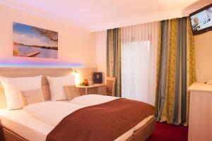 Ein Bett oder Betten in einem Zimmer der Unterkunft Hotel Seeblick