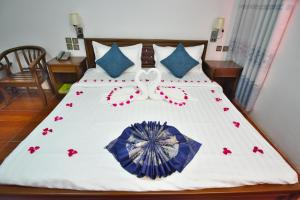 A bed or beds in a room at Kaung Myint Hotel