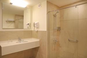 Ванная комната в Lacosta Hotel