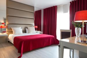 A bed or beds in a room at Hotel de Ilhavo Plaza & Spa