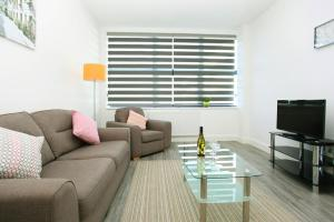A seating area at Sapphire House Apartments