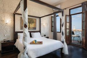 A bed or beds in a room at Porto Antico